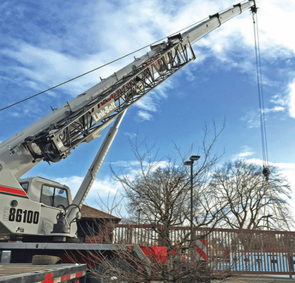 What are the advantages of a hydraulic crane