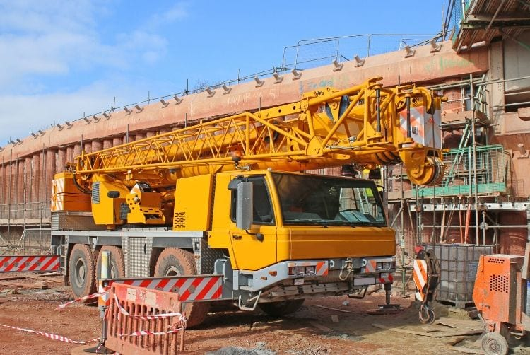 Differences Between Boom Trucks and Cranes